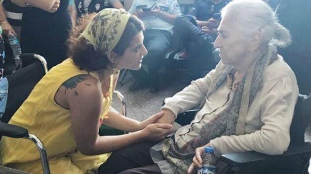 Η Χατούν Τουγλούκ στο αναπηρικό καροτσάκι με την κόρη της Αϊσέλ στο δικαστήριο | Φωτογραφία: HDP