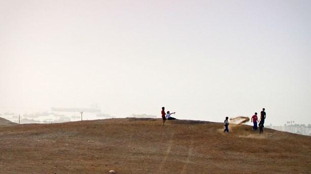 Παιδιά παίζουν πάνω στα τοξικά απόβλητα στην Αρίκα. Φωτογραφία: Laika Films/Toxic Playground
