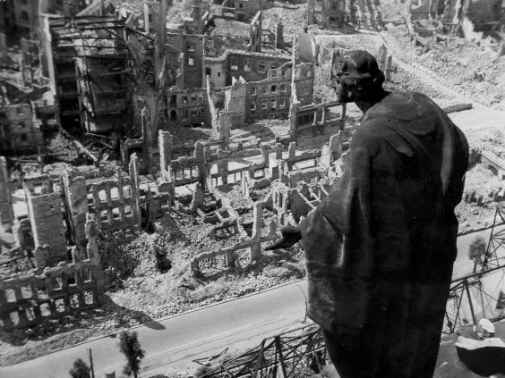 Περίπου 4.000 τόνοι εκρηκτικών «χτύπησαν» τη Δρέσδη το 1945, ενώ περίπου 135.000 άτομα - περισσότεροι εκ των οποίων άμαχοι - σκοτώθηκαν.
