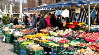Στις λαϊκές αγορές οι καταναλωτές συνήθως μεταφέρουν τα φρούτα και τα λαχανικά σε τσάντες που φέρνουν από το σπίτι τους.