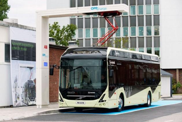 Λεωφορείο Volvo που φορτίζει εναέρια σε κάθε στάση, με παντογράφο («τρολέδες») που κατεβαίνει μέχρι την οροφή του λεωφορείου