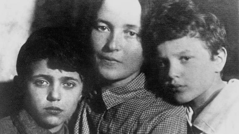 259744g-julia_schucht_with_sons_1930s