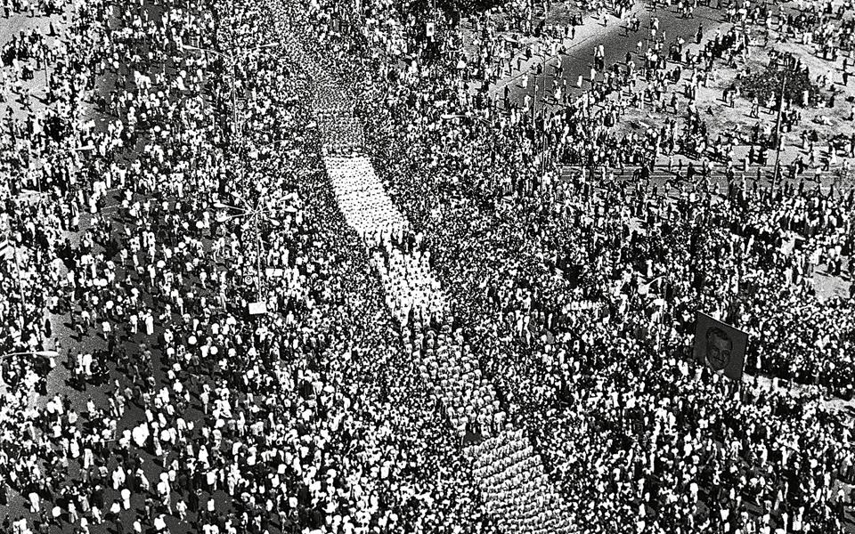 Τέσσερα εκατομμύρια ολοφυρόμενων Αιγυπτίων συνόδευσαν τη σορό του Νάσερ, σε μια ανεπανάληπτη στην παγκόσμια Ιστορία νεκρική πομπή.