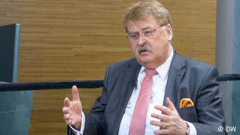 Ο Έλμαρ Μπροκ ζητά απαντήσεις όχι μόνο για την ευρωζώνη αλλά και για την άμυνα και την πολιτική ασύλου