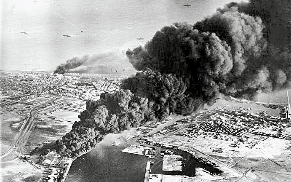 Βομβαρδισμός δεξαμενών πετρελαίου στο Πορτ Σάιντ από τους Αγγλoγάλλους στις 5.11.1956. Ο Νάσερ έθεσε σε εφαρμογή το μεταρρυθμιστικό πρόγραμμά του μετά την κρίση του Σουέζ, το 1956.