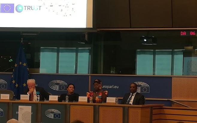 Στιγμιότυπο από τη συζήτηση με τη συμμετοχή της sex worker Τζόις Αντιάμπο-Οντιάμπο από την Κένυα, της ακτιβίστριας Λεάνα Σνάιντερς από τη Νότιο Αφρική, του ερευνητή Μάικλ Μακάνγκα από την Ουγκάντα, υπό το βλέμμα του Κλάους Λέζινγκερ, κατά την εκδήλωση της Ευρωπαϊκής Αριστεράς «Ethics Dumping: Looking for Justice» στο ευρωκοινοβούλιο στις 29 Ιουνίου 2018.