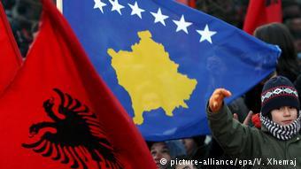 Οι σημαίες της Αλβανίας και του Κοσσυφοπεδίου κυμάτισαν στην βουλή του Κοσσυφοπεδίου όταν αυτό κήρυξε την ανεξάρτησία του το 2008