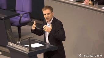 Από τα έδρανα της Βουλής ο Γκέρχαρντ Σικ έκρινε τους χειρισμούς της γερμανικής κυβέρνησης