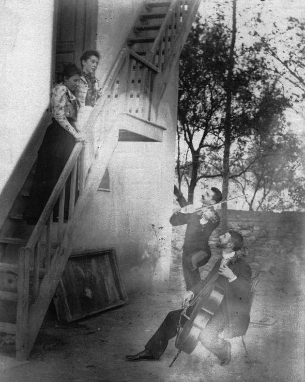 Οι αδερφοί Παύλος και Λέων Μελάς εν ώρα καντάδας προς τις συζύγους τους, Ναταλία Μελά και Ανδρομάχη Σλήμαν | «ΑΓΩΝΑΣ ΚΑΙ ΔΙΛΗΜΜΑΤΑ» (2005)