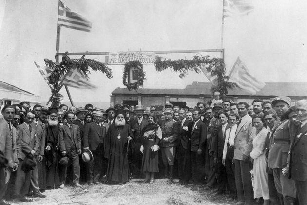 ↳ Ο επίλογος του πογκρόμ. Ενα χρόνο μετά το Κάμπελ μετατρέπεται στον προσφυγικό συνοικισμό «Στυλιανού Γονατά» (νυν Ναυάρχου Βότση). Τα εγκαίνια της «πλατείας Λ. Ιασωνίδου» (1932) από τον μητροπολίτη Γεννάδιο, τον γενικό διοικητή Μακεδονίας Γονατά και τον τιμώμενο (βουλευτή) Λεωνίδα Ιασωνίδη | Μ. ΤΡΕΜΟΠΟΥΛΟΣ, «ΤΑ ΤΡΙΑ Ε» (2018)