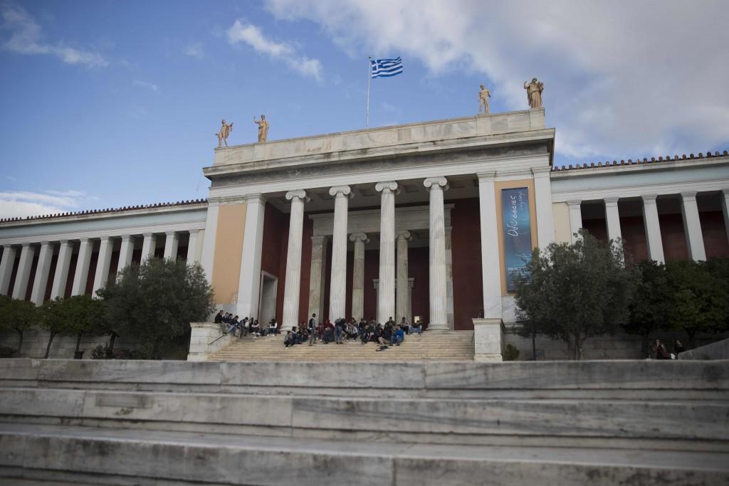 Δρομολογούνται τροποποιήσεις στον σχεδιασμό των εξόδων του νέου σταθμού μετρό Εξαρχείων, ώστε να εξυπηρετείται η πρόσβαση στο Εθνικό Αρχαιολογικό Μουσείο.