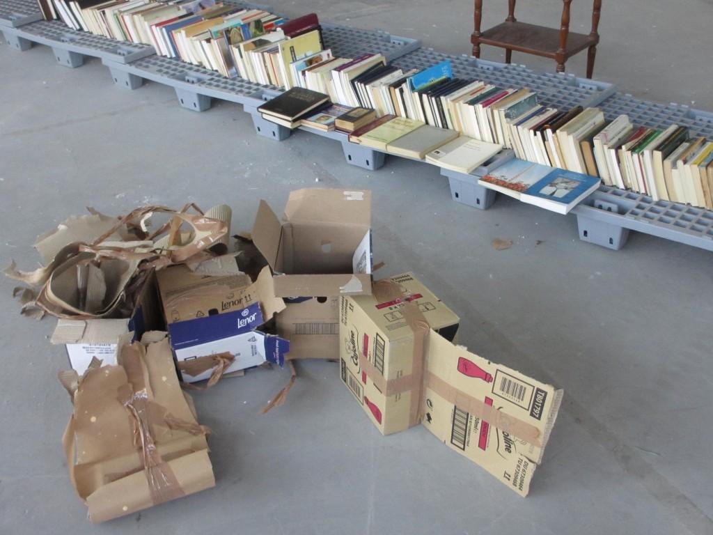 Οι κούτες ανοίγονται και όλο και περισσότερα βιβλία συλλέγονται στην οδό Πειραιώς 132. Φωτογραφία από το Facebook του κ. Λεωνίδα.
