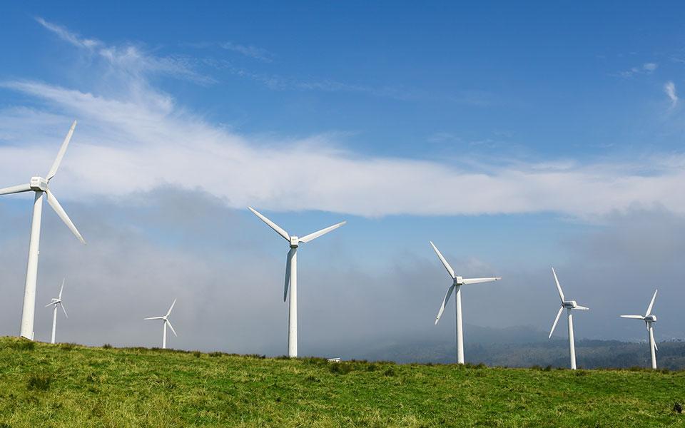 Η υπερεπάρκεια ενέργειας από τον άνεμο μπορεί να δώσει τη δυνατότητα στο σύστημα να προσφέρει στις μεγάλες καταναλώσεις (λ.χ. βιομηχανία) χαμηλότερες τιμές εάν ανεβάσουν την κατανάλωσή τους για συγκεκριμένες ημέρες/ώρες (φωτ. SHUTTERSTOCK).