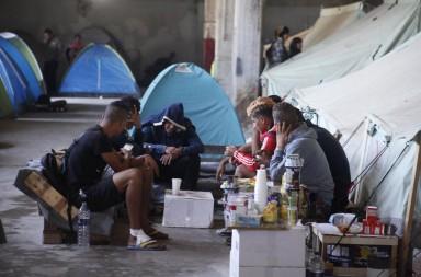 Πρόσφυγες  συνομιλούν στο κέντρο φιλοξενίας μεταναστών της Softex, την  Πέμπτη 6 Οκτωβρίου 2016.  Το κέντρο φιλοξενίας μεταναστών της Softex στα Διαβατά Θεσσαλονίκης φιλοξενεί πάνω από 1400 πρόσφυγες, ΑΠΕ-ΜΠΕ/ΑΠΕ-ΜΠΕ/ΝΙΚΟΣ ΑΡΒΑΝΙΤΙΔΗΣ
